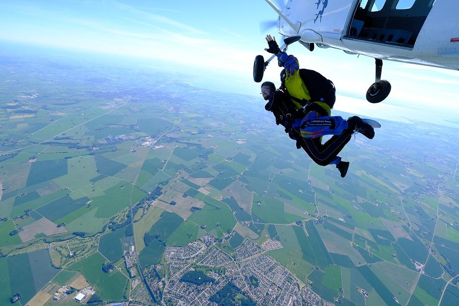 Hoppa fallskärm och stöd barncancerfonden